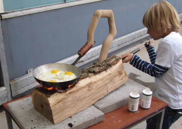 Brænde til Spejling af Æg, 2010. Det blev til 34 spejlæg ved udstillingen Imprint i Holbæk, arrangeret af SAIR Sølyst. Foto @ Jesper Aabille