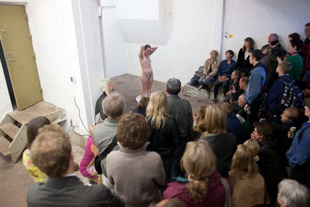 OK Corral åbnede i juni i nye lokaler på Rolighedsvej. Åbningsaftenen bød på et performanceprogram med blandt andre Stense Andrea Lind Valdan. Foto: Alen Aligrudic