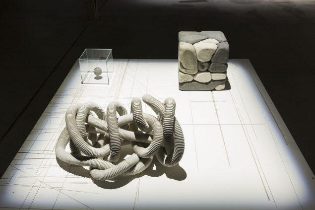 Damián Ortega: Installationsview fra Casino, Fondazione HangarBicocca, Milano, 2015. Foto: Agostino Osio. Courtesy: Pirelli HangarBicocca, Milano