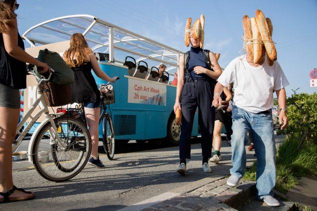 Bread Man (Tatsumi Orimoto) på vej til SMK Friday med sit optog. Foto: Frida Gregersen