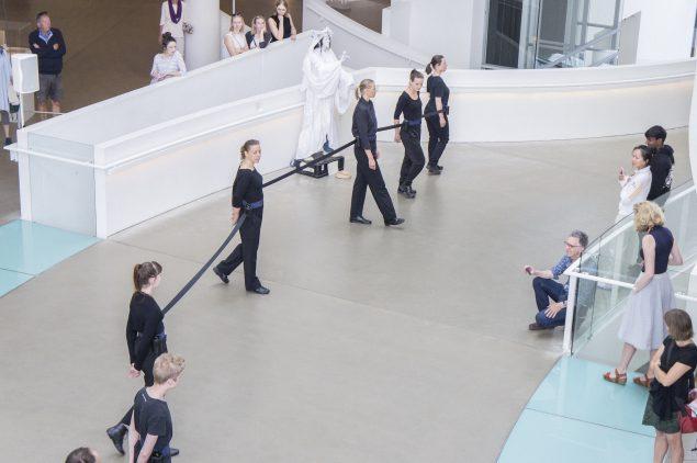 Nøne Futbol Club: Work nº16: Line Dance, opført på Aros, maj 2016 i forbindelse med Art Weekend Aarhus. Foto: Nøne Futbol Club