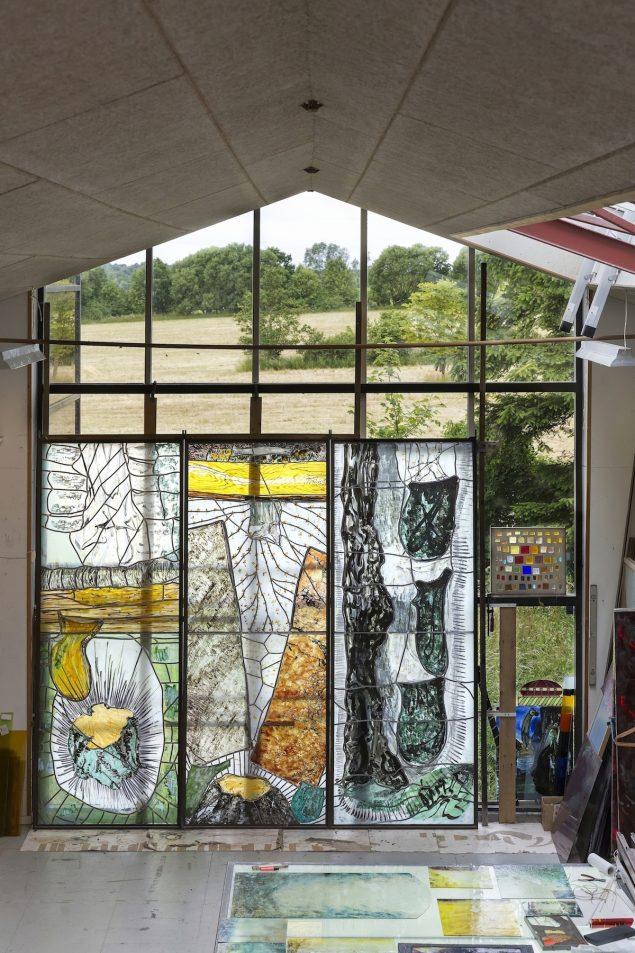 Per Steen Hebsgaards værksted 2016 i Præstø med tre store glasmosaikker af Per Kirkeby, tilhører Ny Carlsbergfondet. Foto: Lars Gundersen