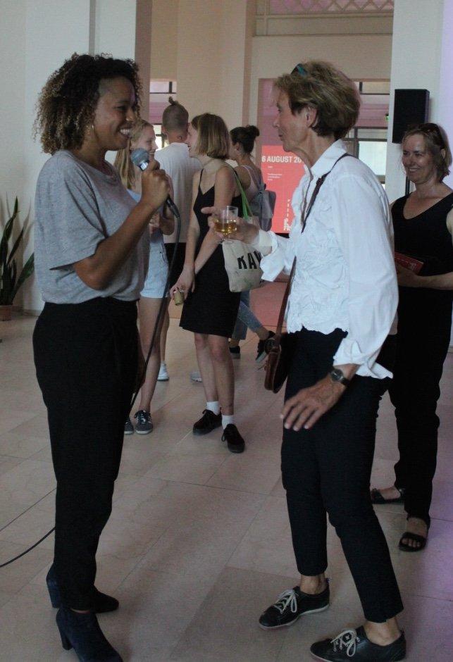 Isabel Lewis taler med publikum under performancen An Ocasion på Statens Museum for Kunst. Foto: Ole Bak Jakobsen