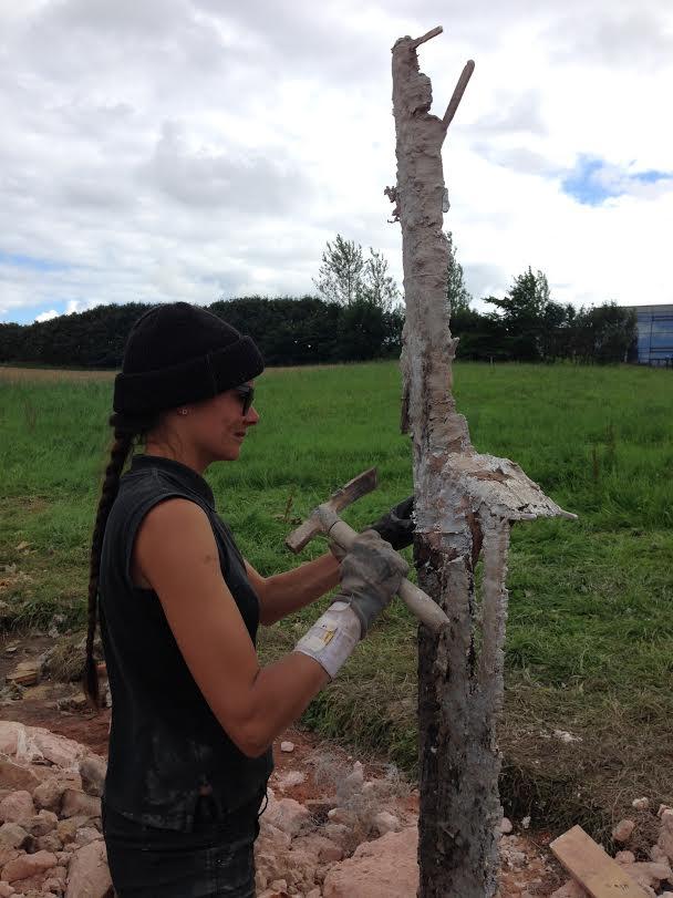 Julie Bitsch banker aluminiumsaftrykket af flagstangen fri for formmasse. Foto: Erik Duckert