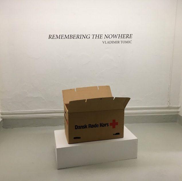 Vladimir Tomic: Røde Kors, 2016. Installationsview fra udstillingen Remembering the Nowhere, Galleri Image, Aarhus. Foto: Vladimir Tomic