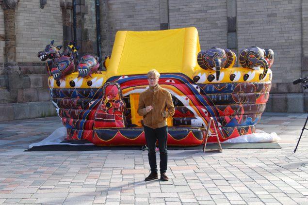 Troens ridder opstillet foran Ribe Domkirke med kunstneren poserende, 2015. Foto: Andreas Johnsen