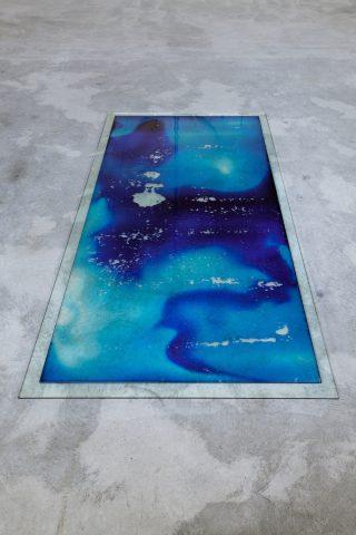 Level (Blue mare, Königsblau) 100x250x1,6cm. Blæk, glas, vand. Foto: Morten Barker