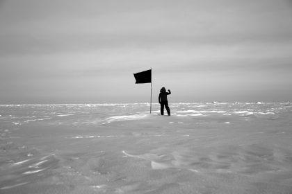Anarkismens flag vajer ved polerne