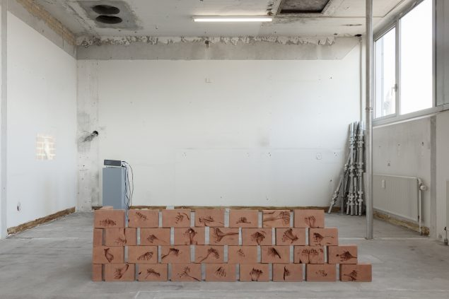 By Hand, 2016, 204x80x70cm rødler. Foto: Morten Barker