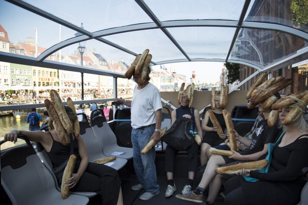 På åbningsaftenen den 26. august pendulerede kunstbussen Art Shuttle mellem SMK og CHART ART FAIR, blandt andre med japanske Tatsumi Orimoto ombord. Han leverede sin berømte performance Bread Man. Foto: Frida Gregersen