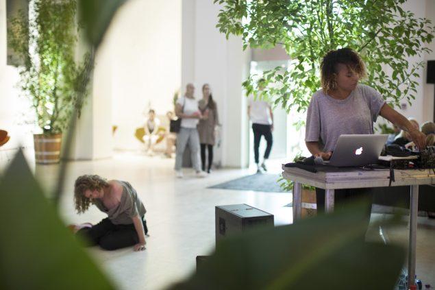 Isabel Lewis bag DJ-pulten. Foto: Frida Gregersen