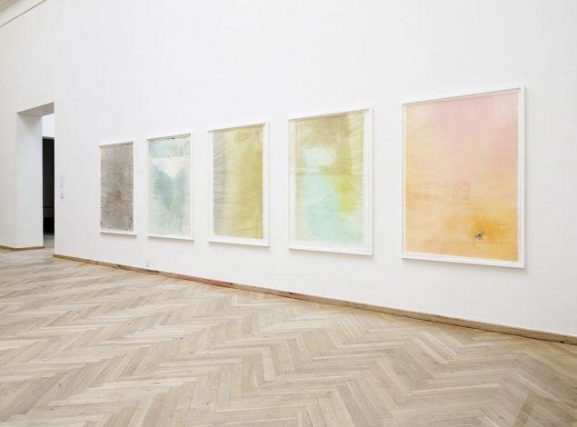 Installationsviews af Monotype, Monotypes - Plexiglas højprint, 2014. Olie, blæk, ethanol, gouache, shellac, blegemiddel og bejdse på rispapir, 150 × 110 cm. Foto: Anders Sune Berg