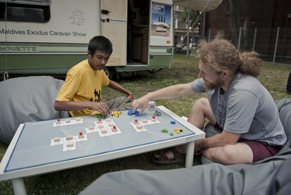 Der kan spilles kunstspil udenfor. Her et spil af australske Harry Lee. Foto: Laznia Contemporary Arts Centre.