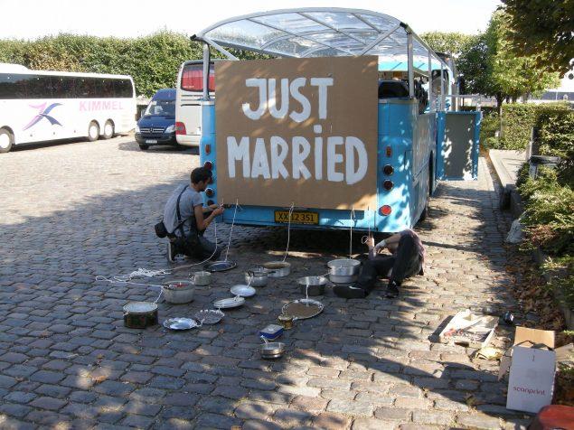 Nøne Futbol Club hackede sig også ind på Art Shuttle-bussen med værket Just Married. Foto: Matthias Hvass Borello