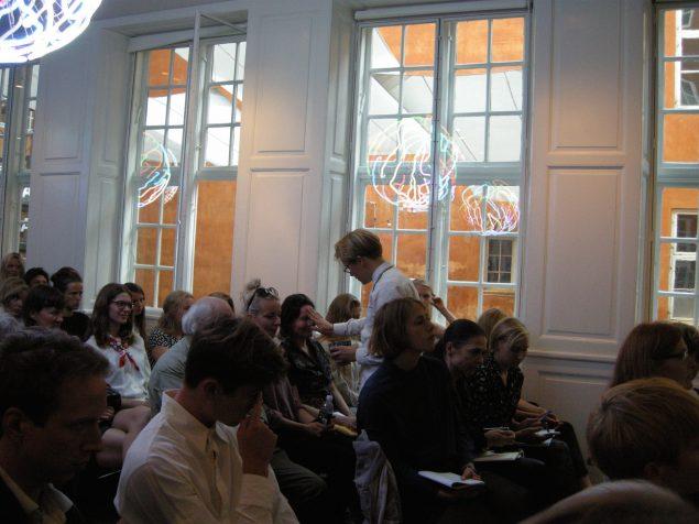 Cph Art Week bød også på en række talks, blandt andet tre hos Kunstforeningen GL STRAND, hvor årets tematik Open Gestures blev diskuteret. Her er det Alexander Tovborg, som udnyttede sin taletid ved talken Art as Action til at døbe samtlige af de tilstedeværende i salen. Foto: Matthias Hvass Borello
