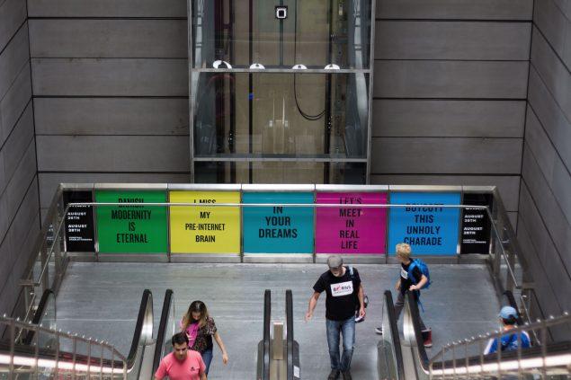 Også i metroen var Douglas Couplands statements sneget sig ind. Foto: Philipp Loeken