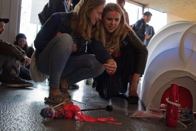 Første performer i Cph Art Weeks ART BAR var amerikanske Jenny Gräf Sheppard, skjult i den hvide slange på gulvet. Foto: Philipp Loeken