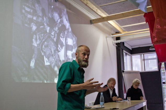 Projektrumsdagen afsluttedes på Fabrikken for Kunst og Design hos Alt_Cph. Her blev emnet 'Self-Organized Impact' diskuteret. Her er det redaktør ved kunsten.nu Matthias Hvass Borello, som byder velkommen. Foto: Philipp Loeken