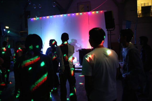 Københavns alternative messe åbnede fredag den 2. sept. under Cph Art Week i Fabrikken for Kunst og Design. Her kulørte lamper og musik ved åbningsfesten. Foto: Katrine Møbius