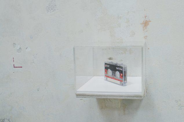 White noise (neighbors), 2012, mikro audio kassette. (393 Philips pocket memo). Fra udstillingen Light! More Light!, Atelier 35, Bucharest, Rumænien. Foto: A. Ramdas