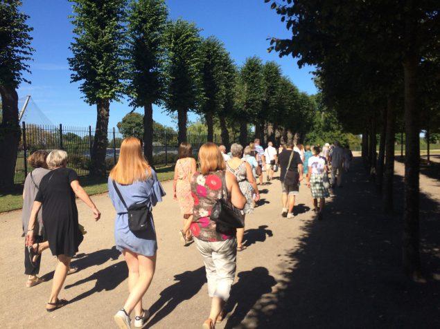 Masser af kunstinteresserede to med på én af Cph Art Weeks guidede ture, her er det kunstmaraton på Frederiksberg. Foto: Maiken Dalby Schiøtte
