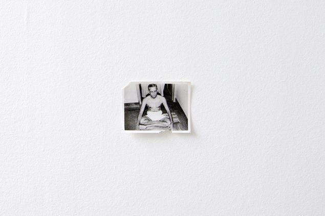 Uden titel, 2016, sort/hvid fotografi af kunstnerens farfar, taget af kunstnerens far i 1984. Fra udstillingen Mauna, 2016, Danske Grafikere. Foto: A. Ramdas