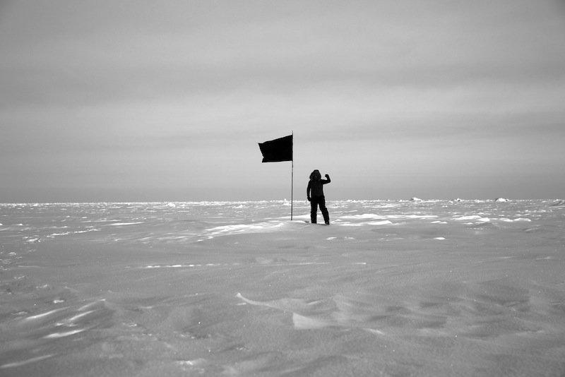 Santiago Sierra: Black Flag (North Pole), Nikolaj Kunsthal, 2016. Udstillingen kan ses til og med den 13. november 2016. Courtesy Santiago Sierra Studio og a/political.