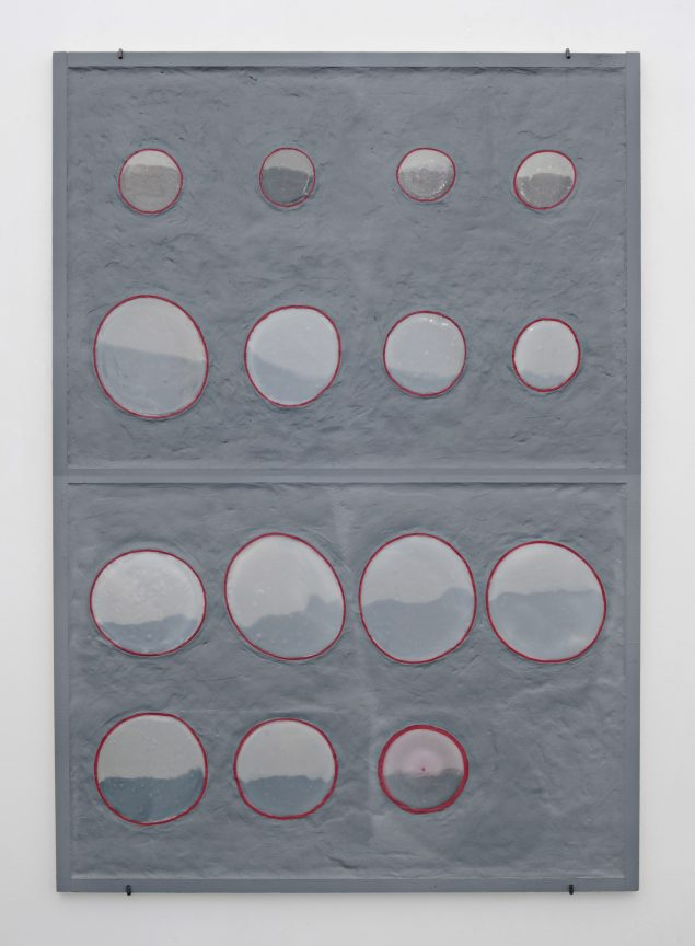 Uden titel, 2013, akryl fugemasse, gummivase, trælim og trælister på plade, 122 x 85 cm. Foto: Stine Heger