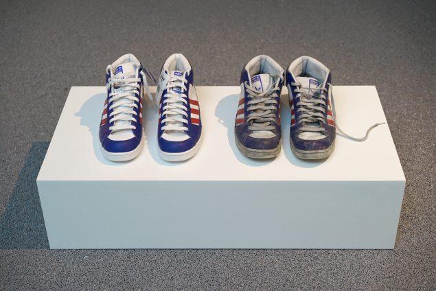 Skoene er købt samtidig, men Jacob Borges lod det ene par blive i skoæsken, mens han benyttede det andet par, når han travede rundt til kunstarrangementer i et år. Foto: Vestjyllands Kunstpavillon