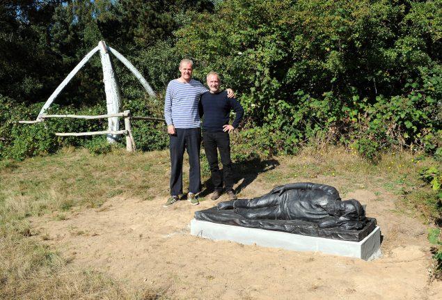 John Kørner sammen med bronzestøberen Peter Jensen foran skulpturen af Peter Freuchen på Enehøje. Foto: Jan Knudsen, Nakskov Folketidende