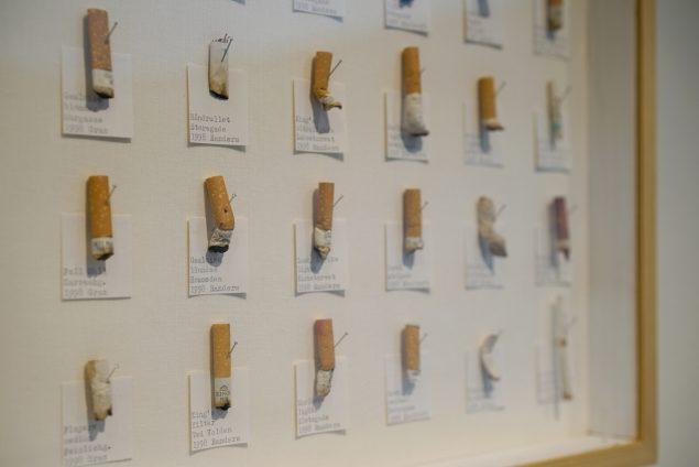 Sirligt arrangerede cigaretskoder samlet af kunstner Lasse Krog, der går etnologisk til værks, når skodderne samles fra hans hjemby. Foto: Vestjyllands Kunstpavillon