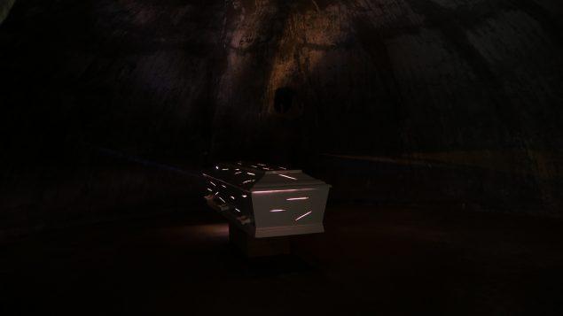 Lisbeth Bachman: Venteværelse. Kistens lysflænger lyser kun den kuppelformede bunker en smule op. Foto: Lisbeth Bachman