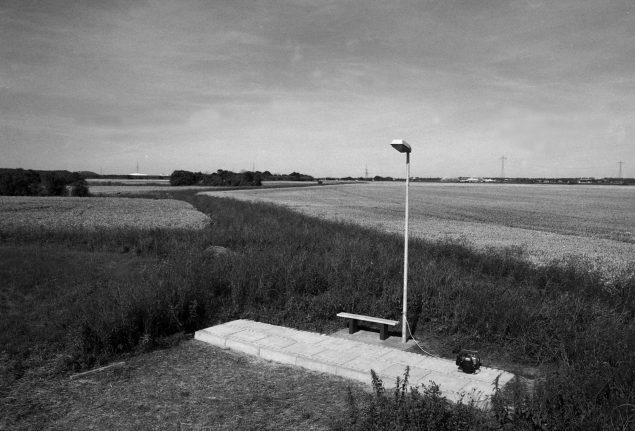 Uden Titel, Løgstør, 2007 (Fortovsfliser, kantsten, brosten, beton, grus, træ, maling og lygtepæl. 800 x 200 x 450 cm). Foto: Thomas Bo Østergaard