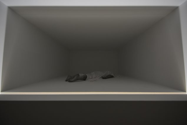 Phantom Room, 2016: I udstillingens midte konfronteres beskueren med den afdødes krop, som her består af uorganisk materiale. Foto: Michael Würtz Overbeck