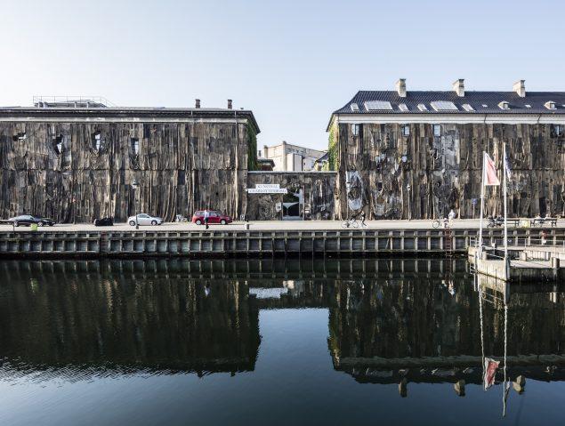Ibrahim Mahama: Nyhavn Kpalang. Installationsview, Kunsthal Charlottenborg. Foto: Anders Sune Berg.
