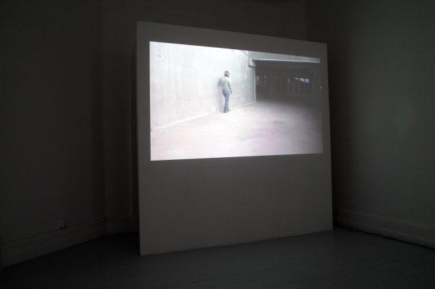 Rummets arter, Koh-i-noor, 2012 (Gips, træ, maling og projektion af filmen Chronic paraesthesia 00:15:30). Foto: Thomas Bo Østergaard