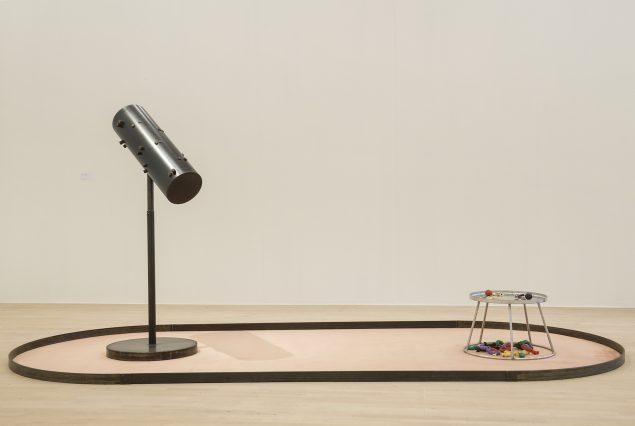 Til og fra sanser og samling, 1997 (jern, gulvtæppe, træ, modellervoks, 168 x 395 x 165 cm). Tilhører Esbjerg Kunstmuseum. Foto: Esbjerg Kunstmuseum/Torben E. Meyer