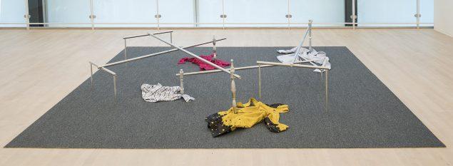 Syv forsøg på at skabe passende apparatur til almindelige familier. Forsøg nr. 4, 2007 (tæppe, drejet aluminium, beklædningsgenstande, 51 x 300 x 350 cm). Tilhører kunstneren. Foto: Esbjerg Kunstmuseum/Torben E. Meyer