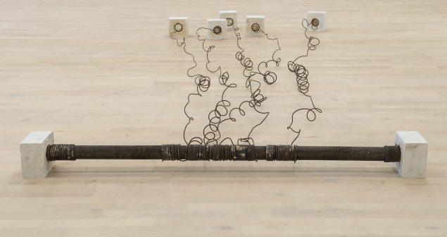 S 5, 1971 (gips, jerntråd, brændt PVC-rør, 15 x 345 x 163 cm). Tilhører Esbjerg Kunstmuseum. Foto: Esbjerg Kunstmuseum/Torben E. Meyer