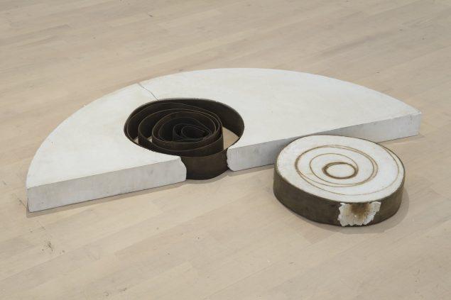 S 1, 1974 (gips, lærredsremme, 8 x 117 x 85 cm). Tilhører Esbjerg Kunstmuseum. Foto: Esbjerg Kunstmuseum/Torben E. Meyer