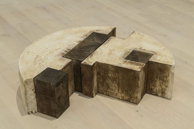FV 5, 1977 (hydrostone, træ, kreosot, 18 x 61 x 45 cm). Tilhører Esbjerg Kunstmuseum. Foto: Esbjerg Kunstmuseum/Torben E. Meyer