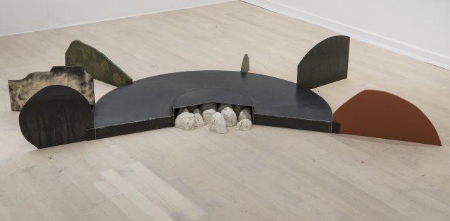 Overlevelsesinstrument, 1986-87 (træ, jern, gips, ovnsværte, 110 x 30 x 180 cm). Tilhører Esbjerg Kunstmuseum. Foto: Esbjerg Kunstmuseum/Torben E. Meyer