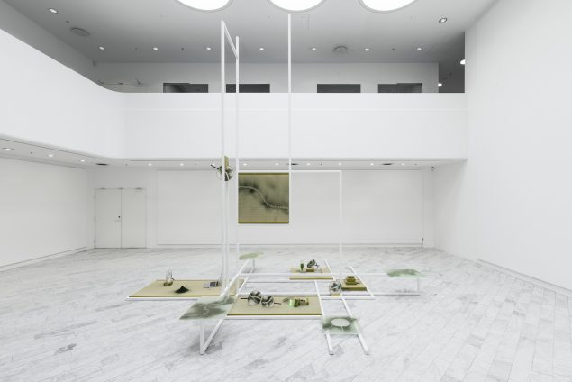 Installationsview fra Mana Stash, 2016, Tranen Contemporary Art Center. (Stål, glas, tatamimåtter, vifter, algepulver, mm.). Foto: David Stjernholm