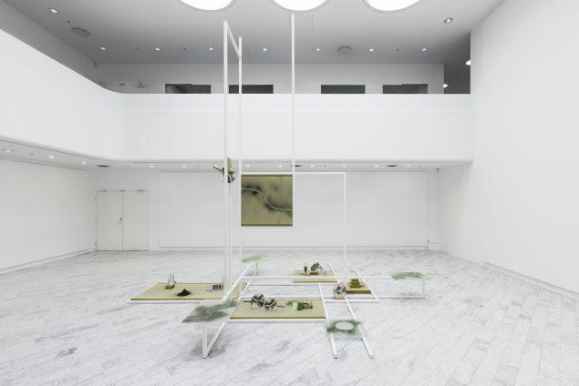 Installationsview fra Mana Stash, 2016, Tranen Contemporary Art Center. (Stål, glas, tatamimåtter, vifter, algepulver, mm.). Foto: David Stjernholm