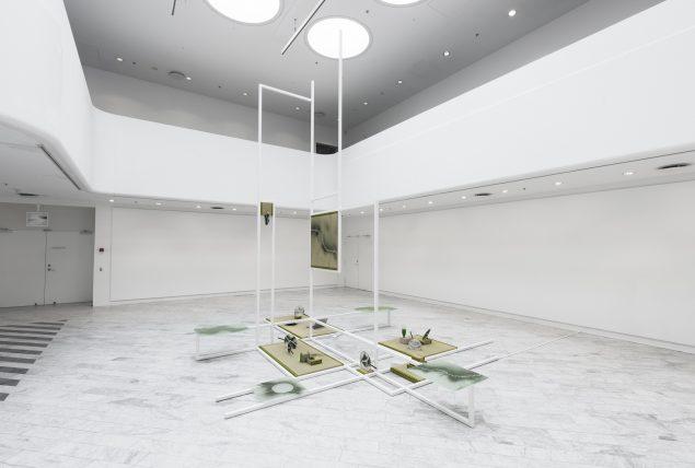 Installationsview fra Mana Stash, 2016, Tranen Contemporary Art Center. (Stål, glas tatamimåtter, vifter, algepulver, mm.). Foto: David Stjernholm