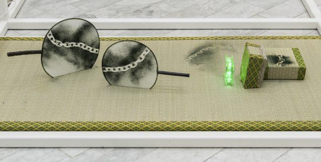 Tranen Contemporary Art Center. Mana Stash, 2016. (Spor af kæde, algepulver, håndvifter, computervifte, stykke plast, beton, tatamimåtte). Foto: David Stjernholm