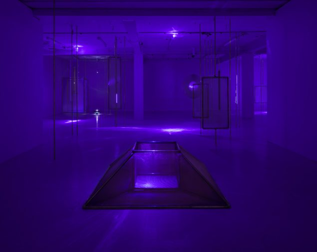 Installationsview fra udstillingen Orgone på Overgaden – Institute of Contemporary Art. Copenhagen (DK) 2014. (Kobber, glas, UV lys maskiner, magnetisk væske, højspænding). Foto: Anders Sune Berg. Videoeksempel: http://astridmyntekaer.com/works/orgone-2014/