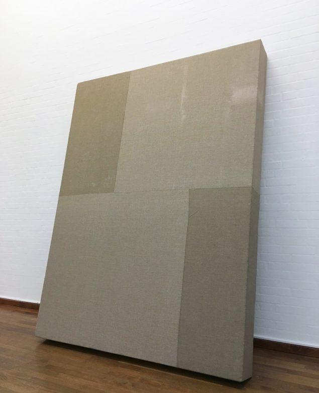 Henning Schultz: En mur ved hånden, 2016. Sammensyet lærred på flamingo, 180 x 240 x 20 cm. Foto: Lene Desmentik
