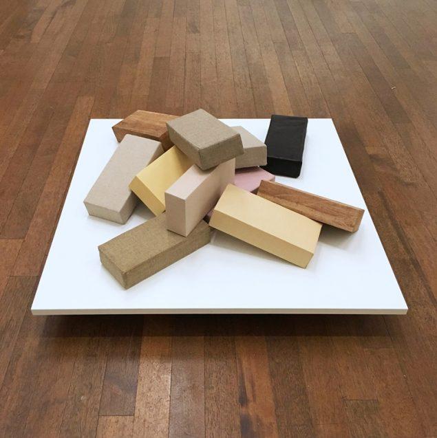Henning Schultz: Iggy og de tre små grise, 2016. Sammensyede materialer på flamingo, 5 x 10 x 23, 12 stk. Foto: Lene Desmentik