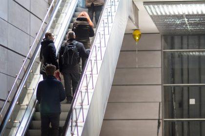Svævende kunstværk indtager metroen